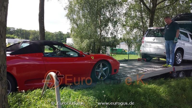 Феррари заезжает на платформу эвакуатора, Германия