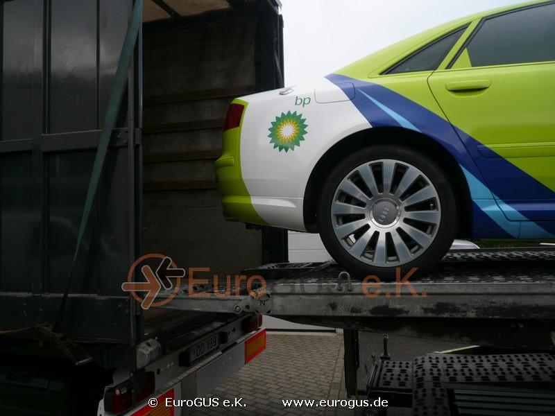 Ауди А6 заезжает в кузов грузового автомобиля