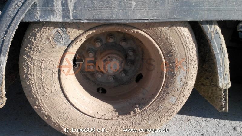 колесо грузового автомобиля грязь и слякать