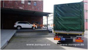 подготовка к погрузке бмв х5 в германии в кузов фуры для доставки в туркменистан