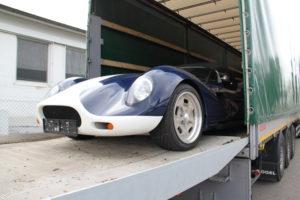 загрузка автомобиля в кузов грузового автомобиля eurogus